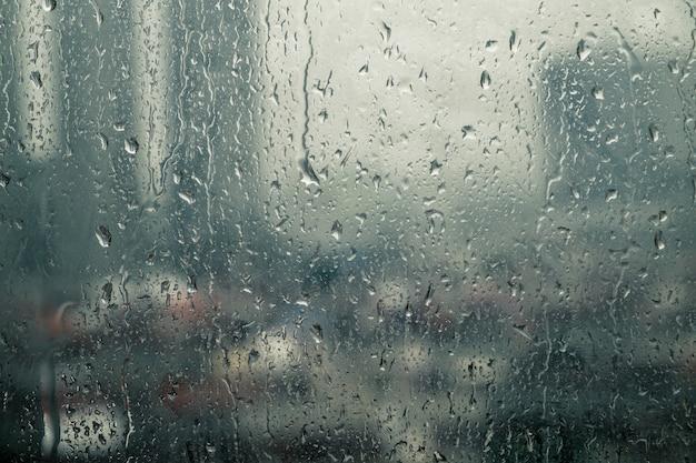 Las gotas de lluvia caen sobre la ventana durante las fuertes lluvias