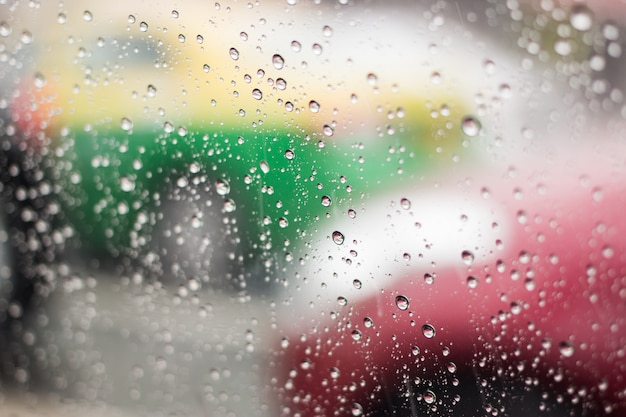 Gotas de lluvia sobre el parabrisas en las calles de bangkok.