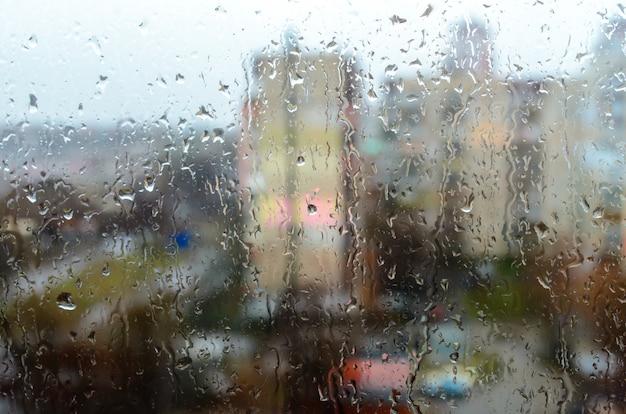 Gotas de lluvia en la ventana de la calle