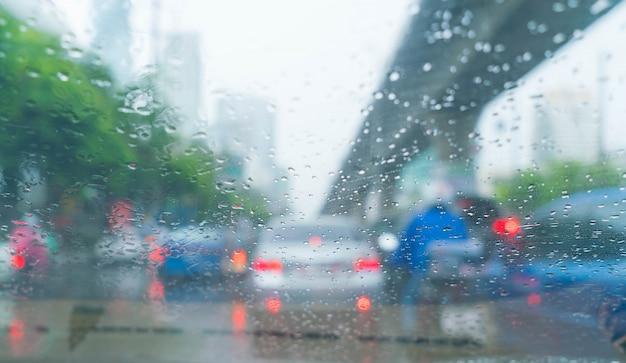 Gotas de lluvia en el vidrio del coche