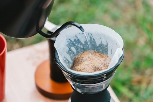 Goteo de café hecho por barista con goteo de café.