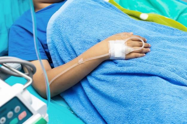 Goteo por goteo en la mano del paciente