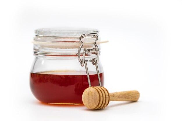 Un gotero de miel sobre fondo blanco