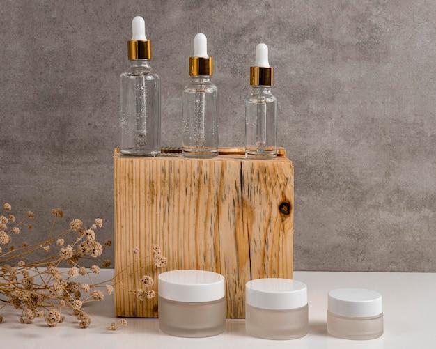 Goteros de aceite para la piel de vista frontal y recipientes para cremas faciales