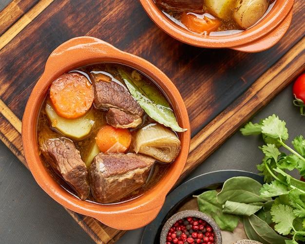 Goulash con grandes trozos de carne y verduras.