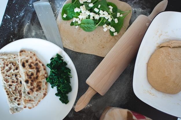Gozleme turco casero integral con espinacas y queso feta