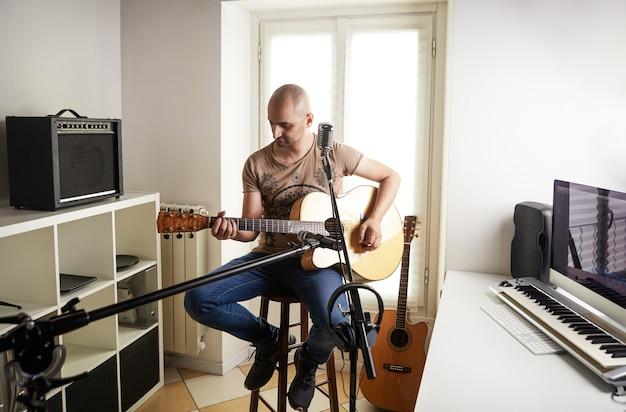 Grabación de guitarrista en casa studio