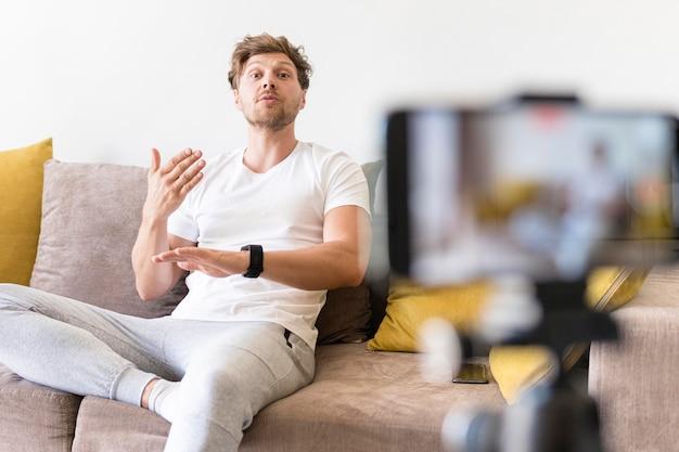 Grabación de hombres adultos para blog personal