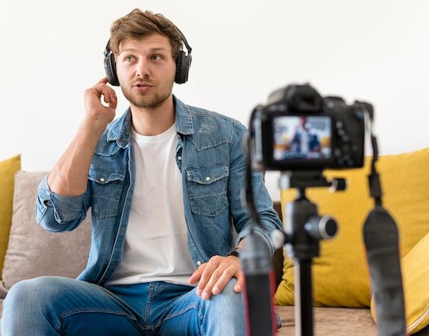 Grabación masculina guapo para blog personal
