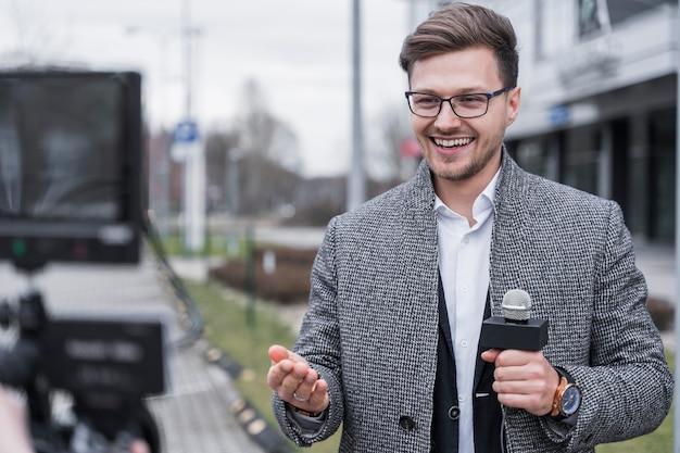 Grabación de periodista sonriente