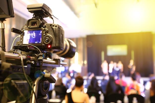 Grabación en vivo de la red social de la cámara de video dslr en la sesión de entrevistas del concurso