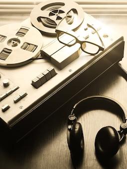 Grabador de cinta de carrete para escuchas telefónicas. cerca hay un teléfono de campaña de la urss. conversaciones de espionaje de la kgb.
