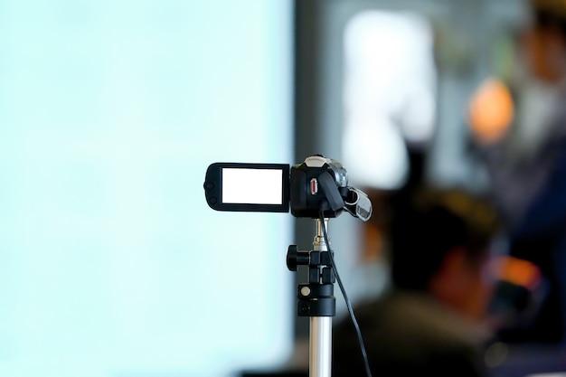 Grabador de video estático y no profesional para grabar al orador en un pequeño seminario en la sala de conferencias.