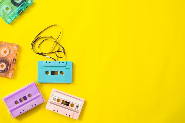Grabadora de cassette retro sobre fondo amarillo