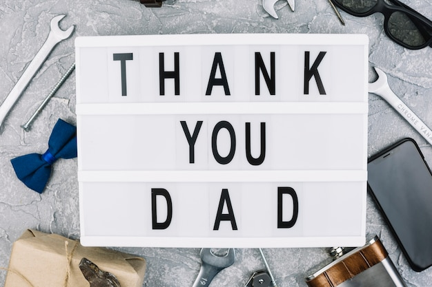 Gracias papá inscripción en tableta entre accesorios masculinos.