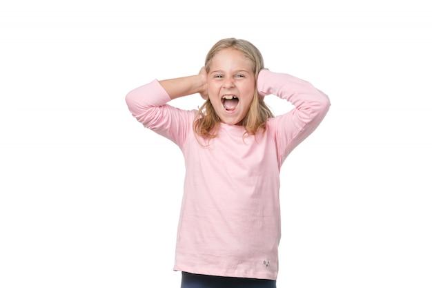 Graciosa niña gritando a la cámara sobre fondo blanco.