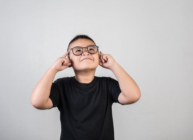Gracioso genio chico pensando en tiro de estudio