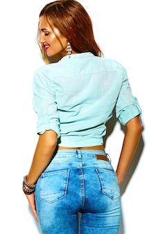 Gracioso loco glamour elegante sexy sonriente hermosa joven deporte mujer modelo en verano brillante hipster jeans tela con grandes tetas