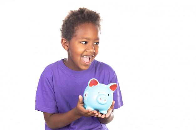 Gracioso niño africano con una alcancía