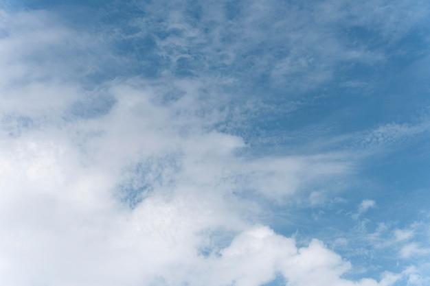 Gradiente azul de pacíficas nubes naturales