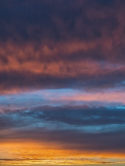 Gradiente del cielo nocturno. colorido cielo nublado al atardecer. textura del cielo, fondo de naturaleza abstracta