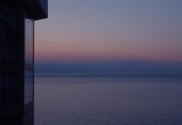 Graduación en colores pastel del cielo de la tarde sobre el mar adriático, vista desde la terraza, opatija, croacia