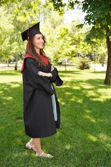 Graduación, graduado bastante reciente al aire libre cerca de la universidad