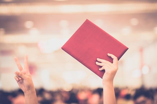 Graduada femenina vistiendo un vestido de graduación