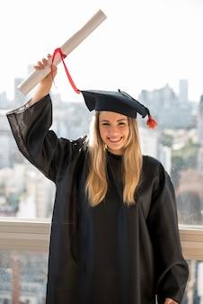 Graduado de smiley de la vista frontal que soporta el certificado