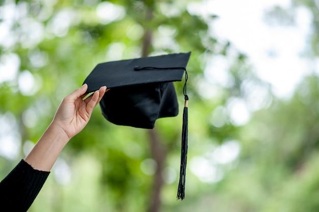 Los graduados están expresando alegría en la graduación.