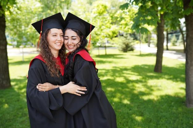 Graduados exitosos en trajes académicos