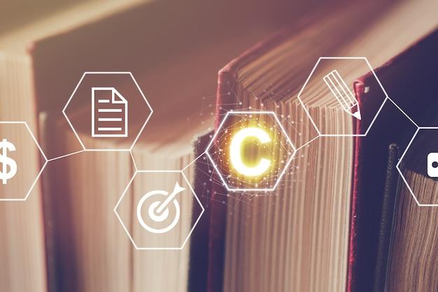 Gráfico abstracto del concepto de derechos de autor en el fondo de libros con conexiones básicas.
