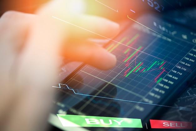Gráfico de acciones comerciales o forex en línea con aplicación en teléfono inteligente