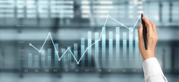 Gráfico de dibujo a mano, progreso del gráfico de crecimiento del negocio analizando datos financieros y de inversión, estrategia de planificación empresarial