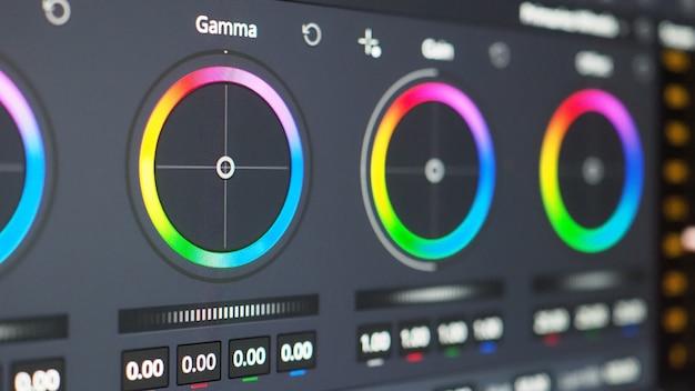 Gráfico de gradación de color o indicador de corrección de color rgb en el monitor en el proceso de posproducción.