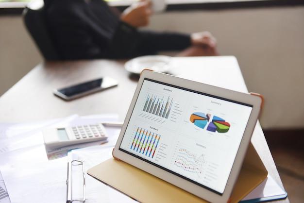 Gráfico de gráficos de negocios en una tableta