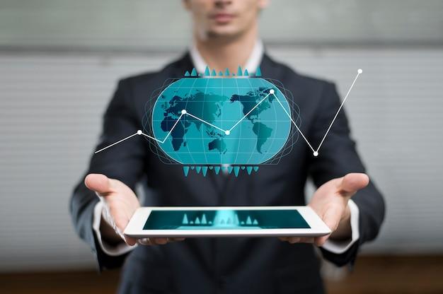 Gráfico de negocios en holograma mostrado por el hombre.