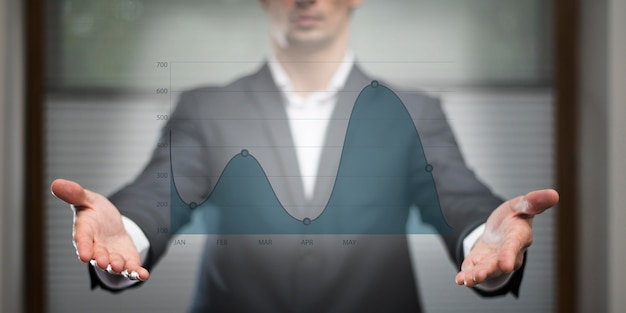 Gráfico de negocios en holograma observado por el hombre.