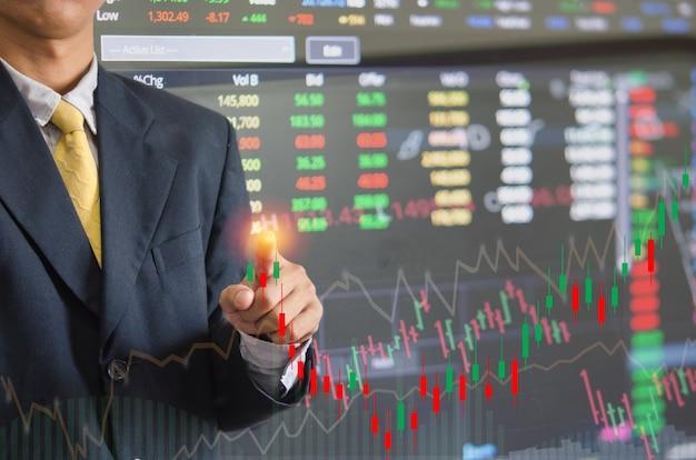 Gráfico y tablas de valores de la pantalla táctil del hombre de negocios. concepto digital del negocio.