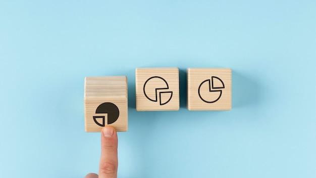 Gráficos circulares en disposición de cubos de madera