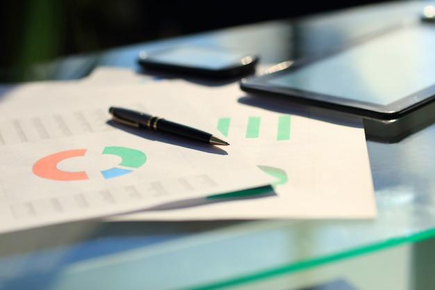 Gráficos financieros sobre la mesa