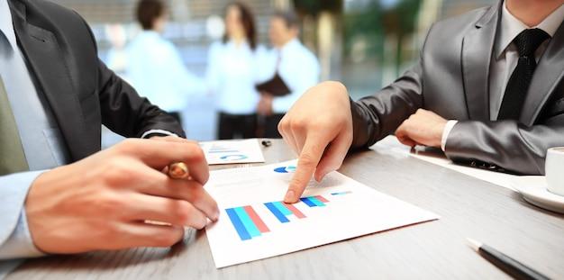 Gráficos, tablas, mesa de negocios. el lugar de trabajo de la gente de negocios.
