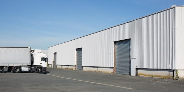 Gran almacén de distribución con portones para la carga de mercancías.
