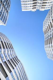 Gran angular de nuevos edificios de apartamentos exteriores