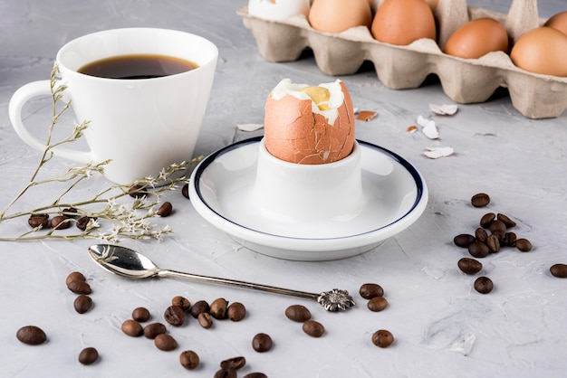 Gran ángulo de huevo cocido y granos de café