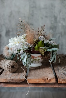 Gran arreglo floral ramo en la floristería de escritorio.
