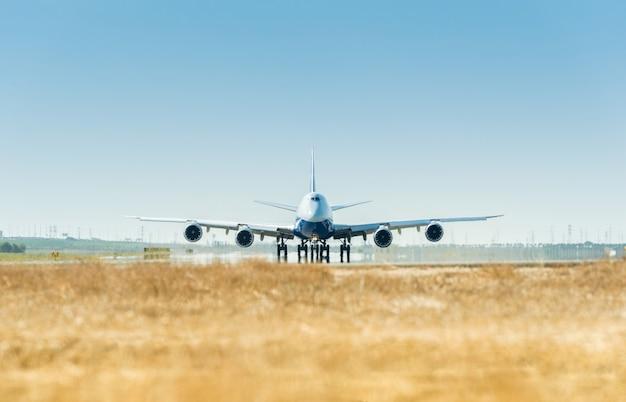 Gran avión en la pista listo para despegar.