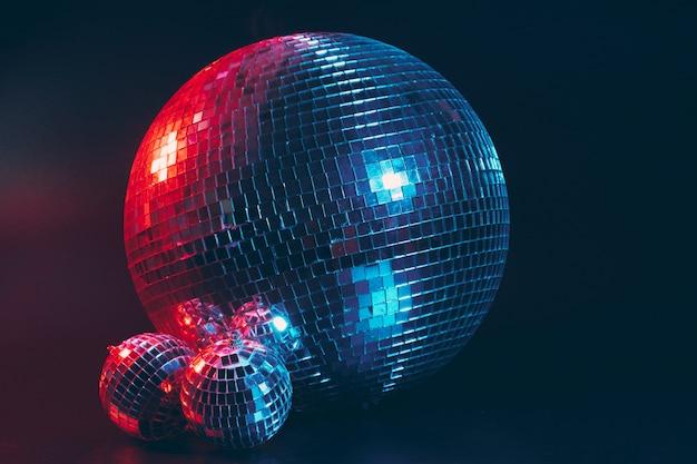 Gran bola de discoteca sobre fondo oscuro