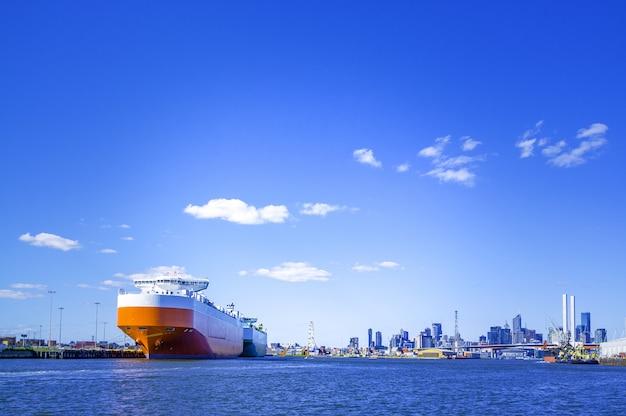 Gran buque de carga en el mar