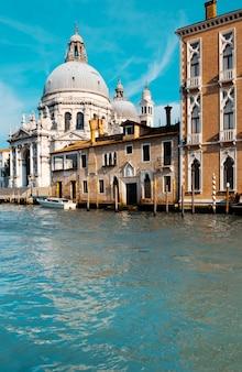 Gran canal y basílica de santa maria della salute en venecia
